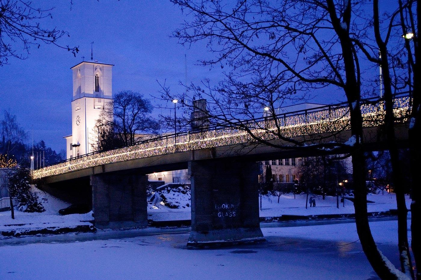 Under julemarkedet i Løkkehaven vil du oppleve salgsboder, hesteridning, lykkehjul, levende musikk, julekino, tenning av juletre, magisk aften i steinhuset, nissen og andre overraskelser.